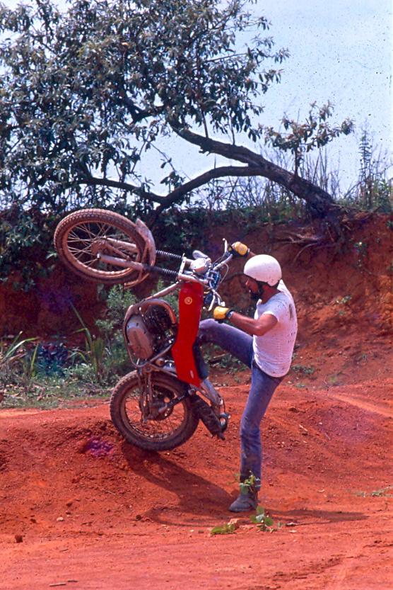 Carlão Coachman pilota sua Montesa Cota 247 nos anos 70: o início do Trial no Brasil. Crédito: Claudio Laranjeira/Acervo Motostory