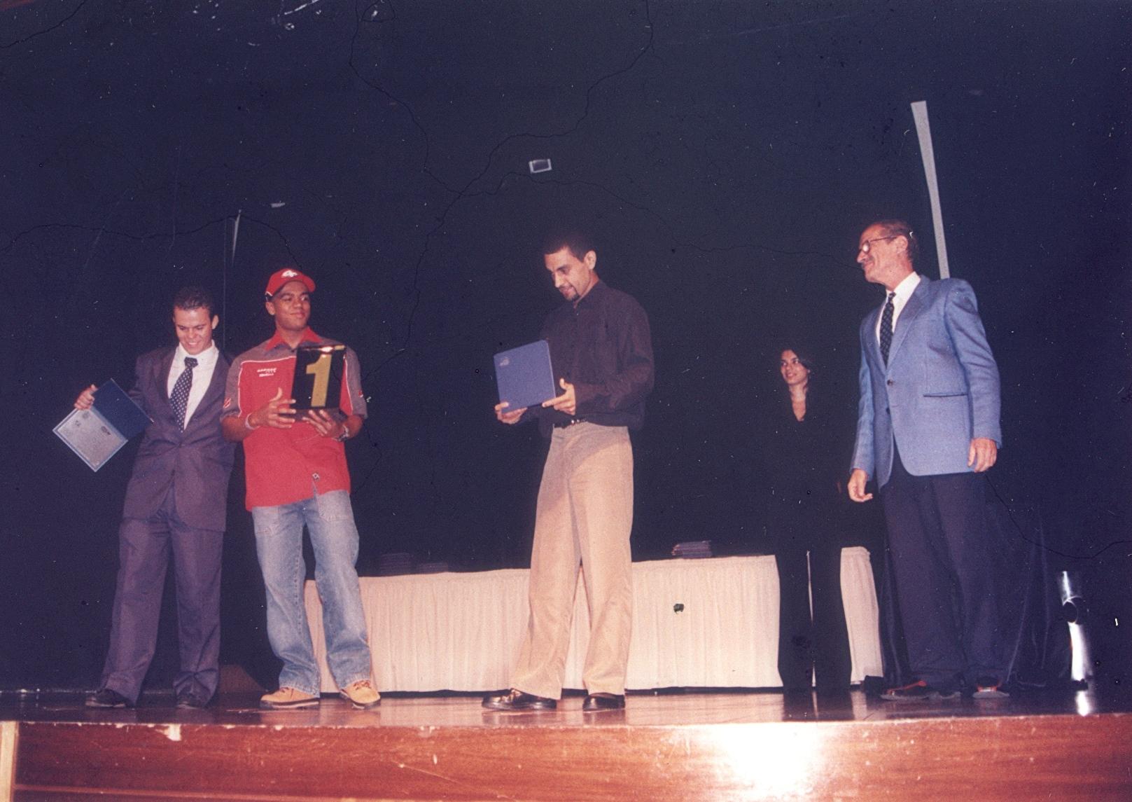 Carlão Coachman é o padrinho da entrega de prêmios aos Campeões de Trial em 2004. Crédito: Carlãozinho Coachman/Motostory