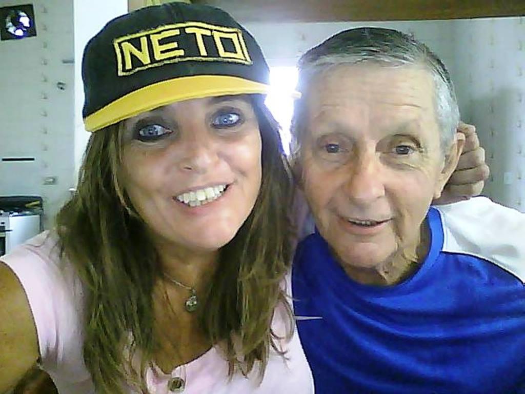 Maria Celeste e o pai Jacinto Sarachú, com o boné de Netinho da década de 80, que agora pertence ao Motostory. Foto Acervo pessoal
