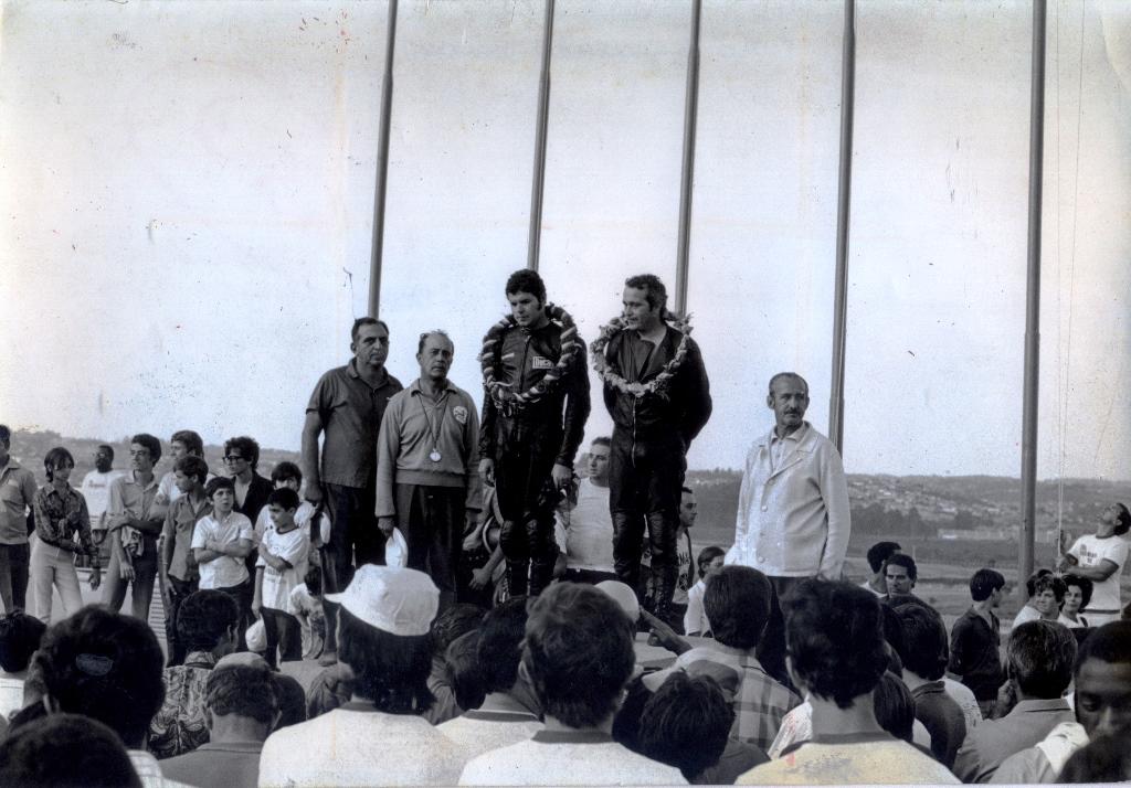 Irmãos Paolo e Gualtiero Tognocchi vencedores das 500 Milhas de Interlagos em 1970. Ao lado, de boina na mão está Eloi Gogliano (Cemtauro Motor Clube) Foto: Edson Lobo / Motostory