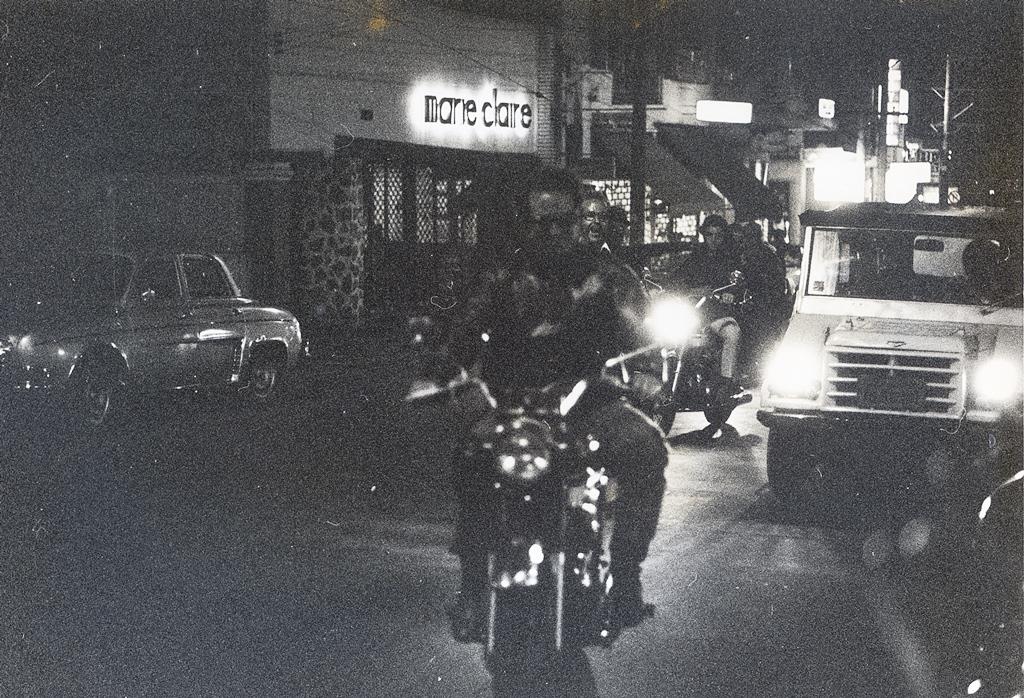 A famosa paquera na R. Augusta (São Paulo) no início dos anos 1970. Foto: Edson Lobo / Motostory