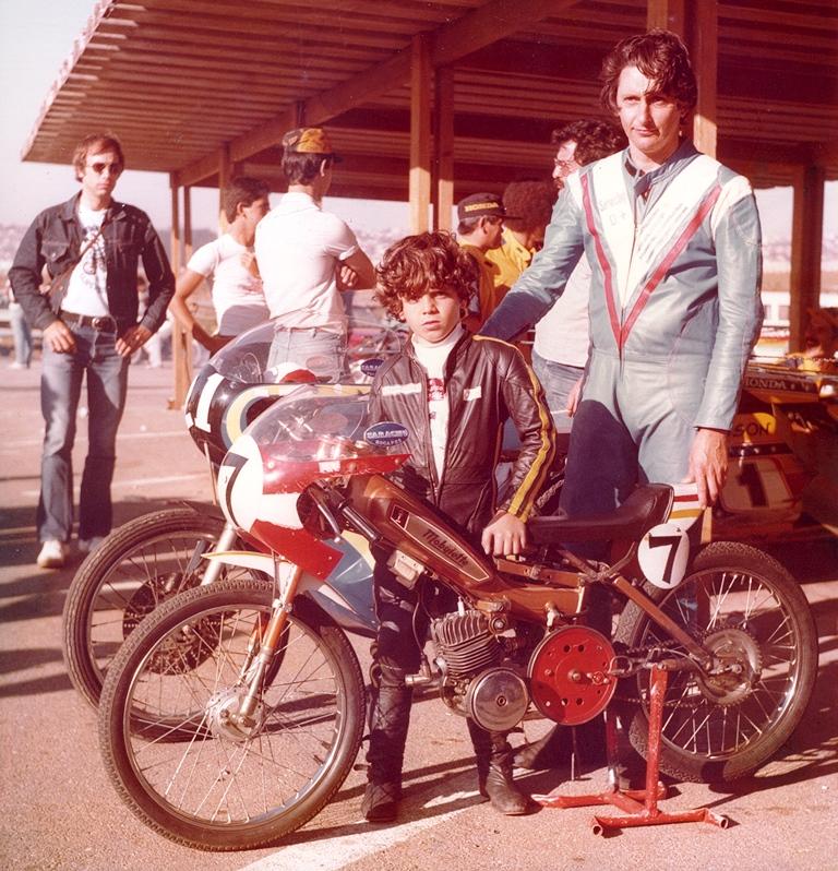 Alex Barros, Jacinto Sarachú e a Mobilette. Foto: Acervo Alex Barros / Motostory
