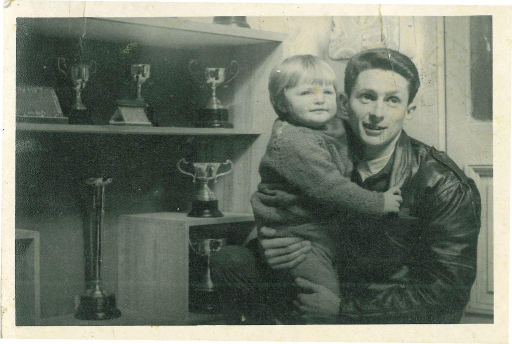 A pequena Maria Celeste nos braços do pai Sarachú. Foto: Acervo Pessoal